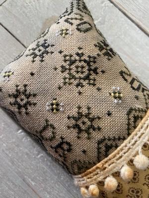 Bee Quaker-Frog Cottage Designs-